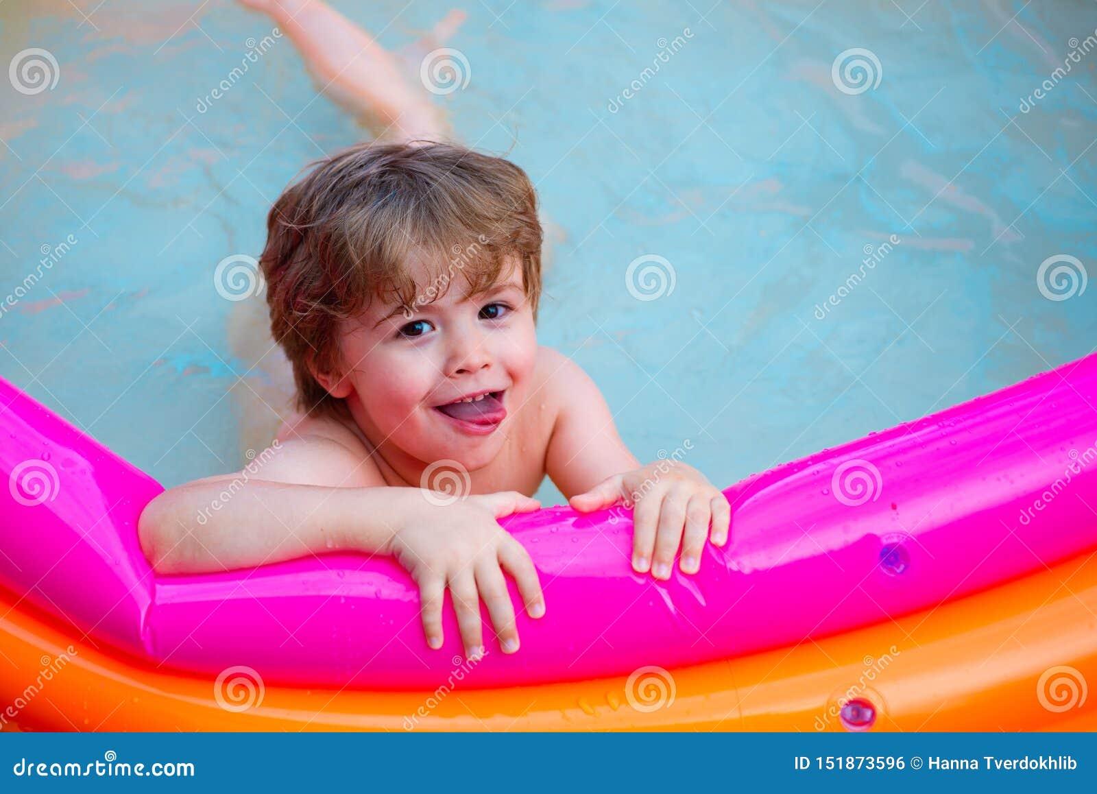 Piscine heureuse d été Bonne humeur L eau pour le jeu d enfants L enfant nage dans la piscine Repos dans un hôtel de mer Home Ent