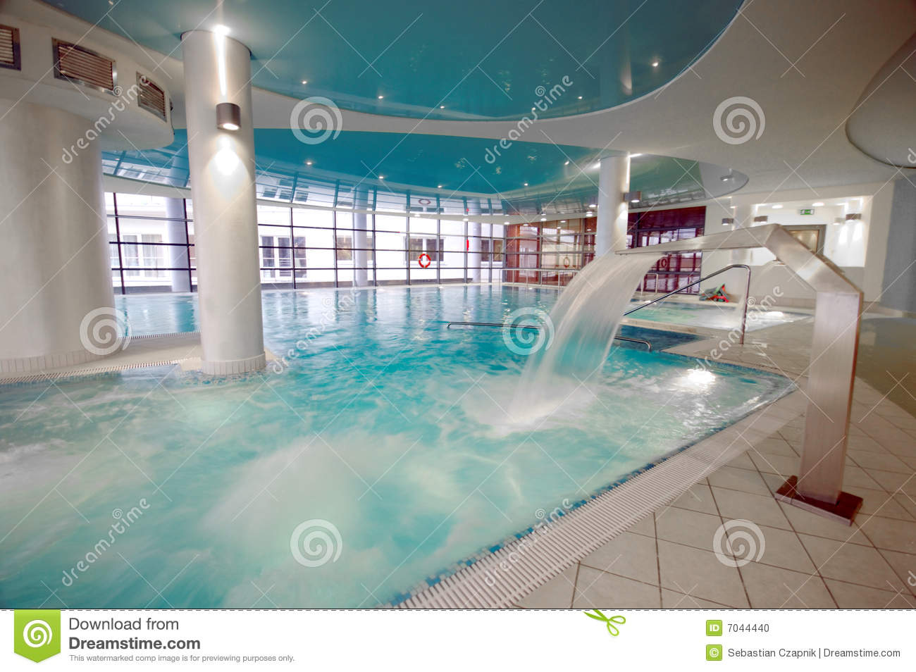 Piscine luxueuse photo stock image du reflects int rieur for Piscine xs prix