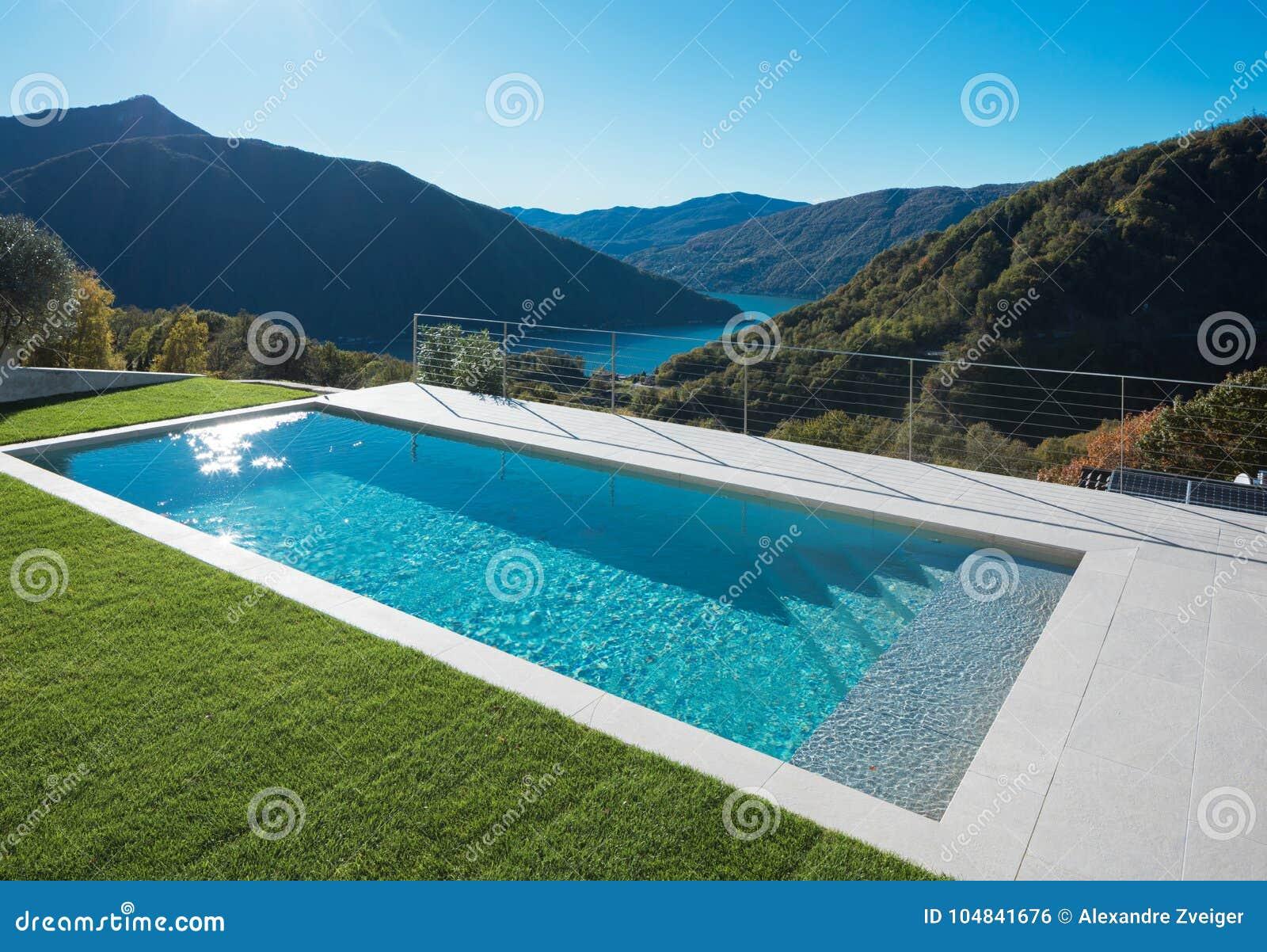 Piscine moderne dans le jardin avec la vue de lac et de vall e photo stock image du pour bleu - Piscine moderne ...