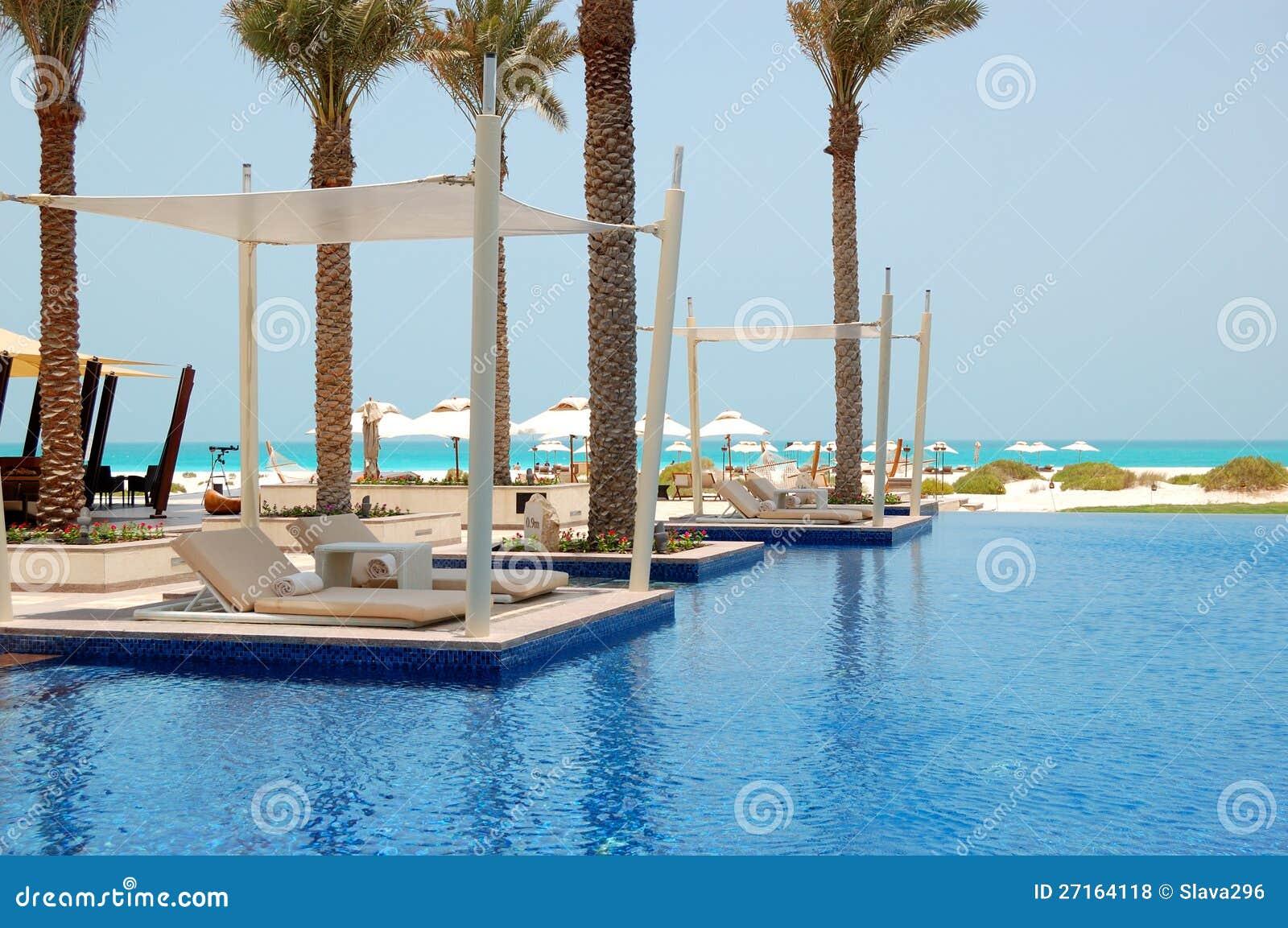 Piscine près de plage à l hôtel de luxe