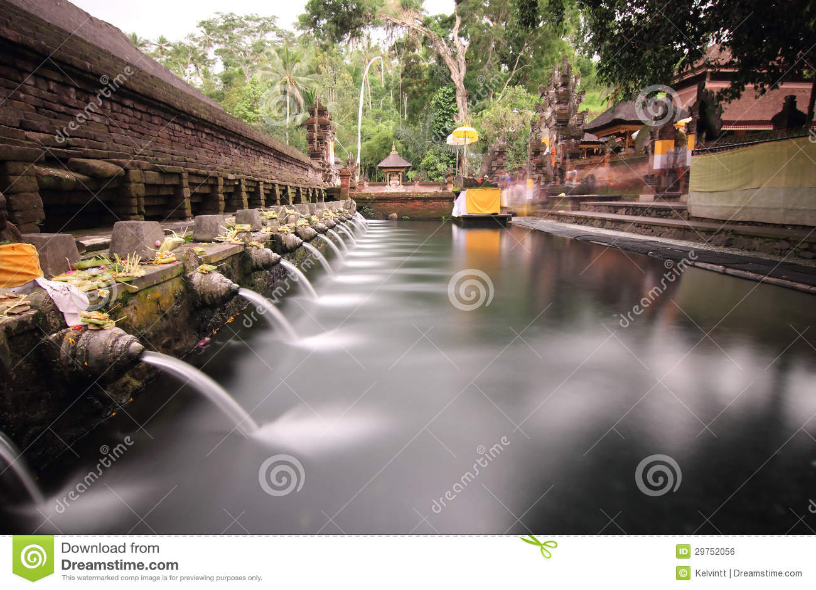 Piscine se baignante rituelle chez Puru Tirtha Empul, Bali