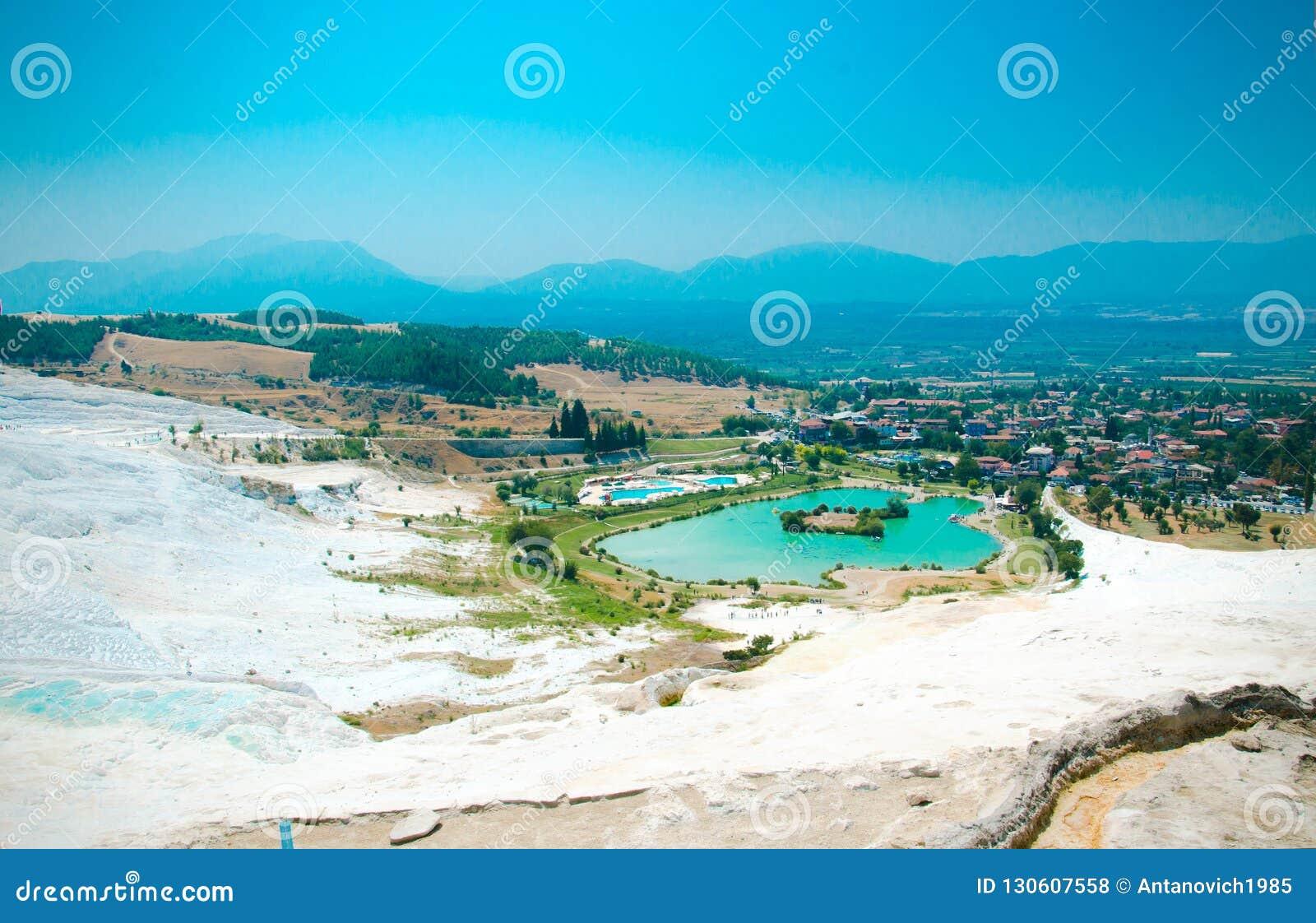 Piscines de travertin et terrasses blanches, lac de turquoise, Pamukkale,