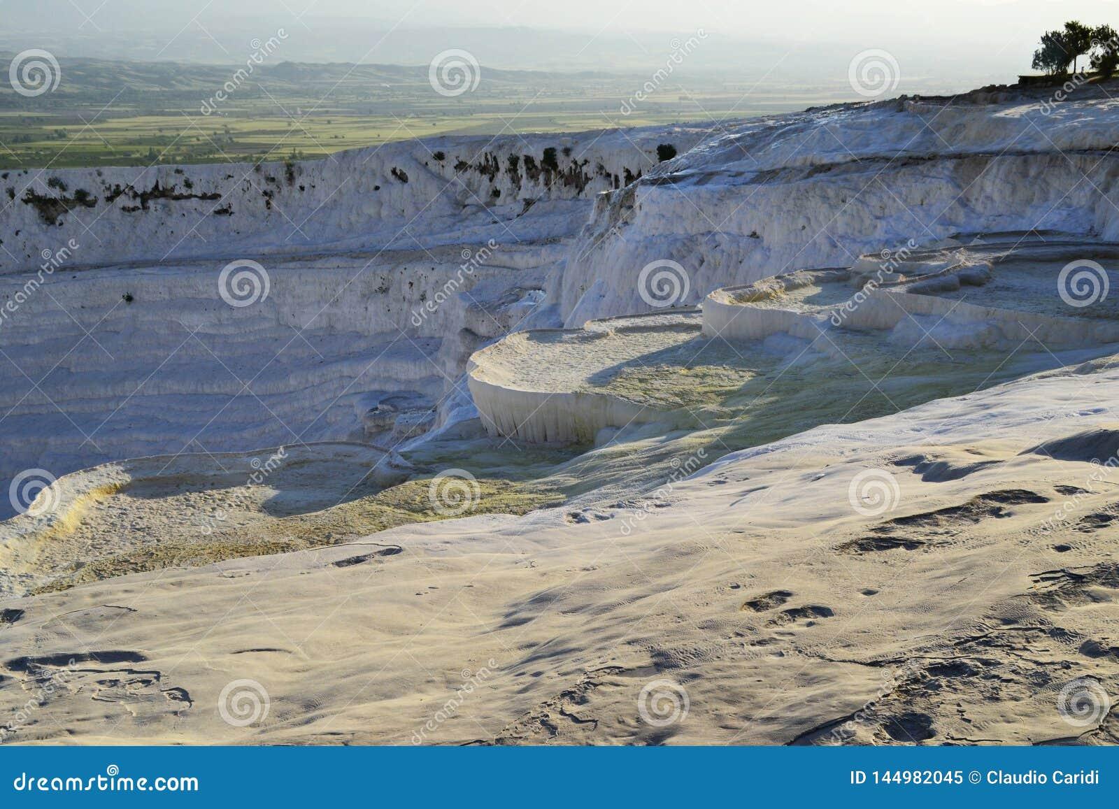 Piscines naturelles de travertin dans Pamukkale, Turquie