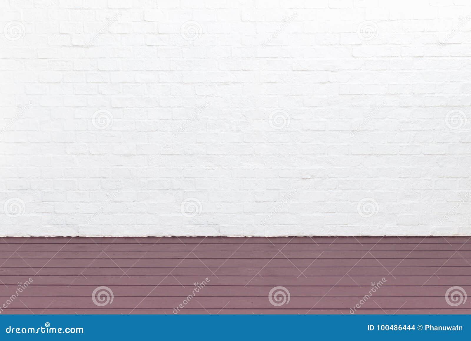 Piso de madera exterior del decking y pared de ladrillo blanca Diciembre abstracto
