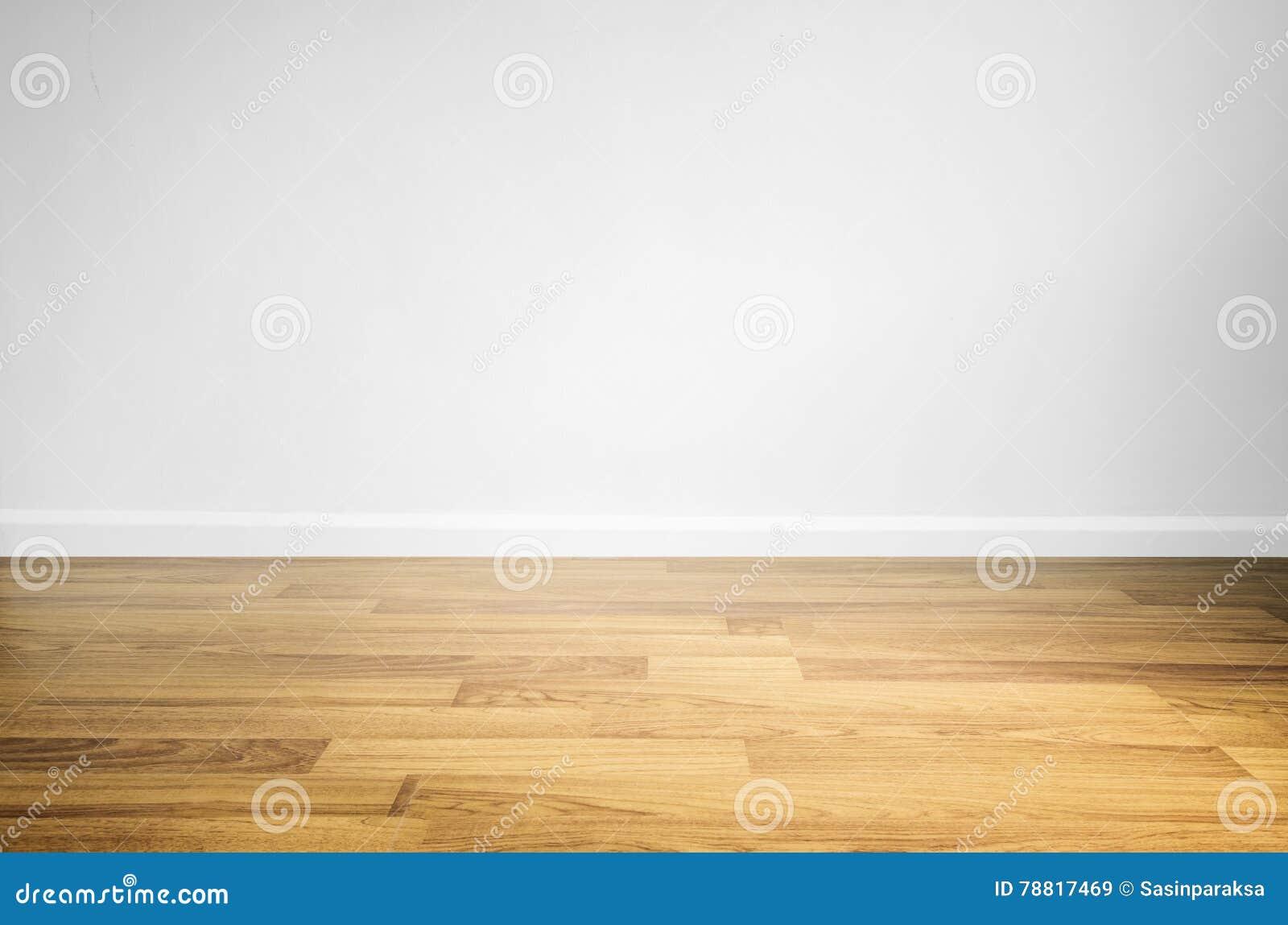 Piso de madera laminado con la pared blanca