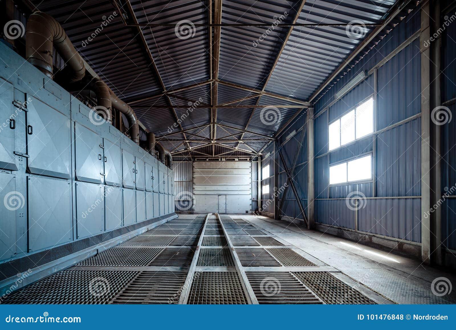 Piso grande del enrejado del hangar
