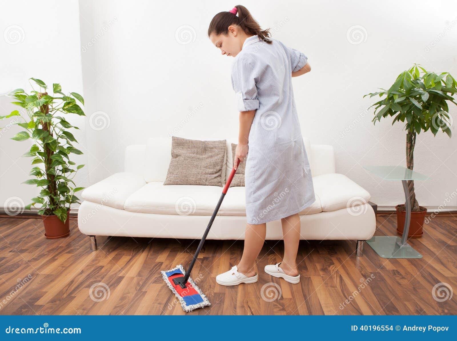 Piso joven de la limpieza de la criada