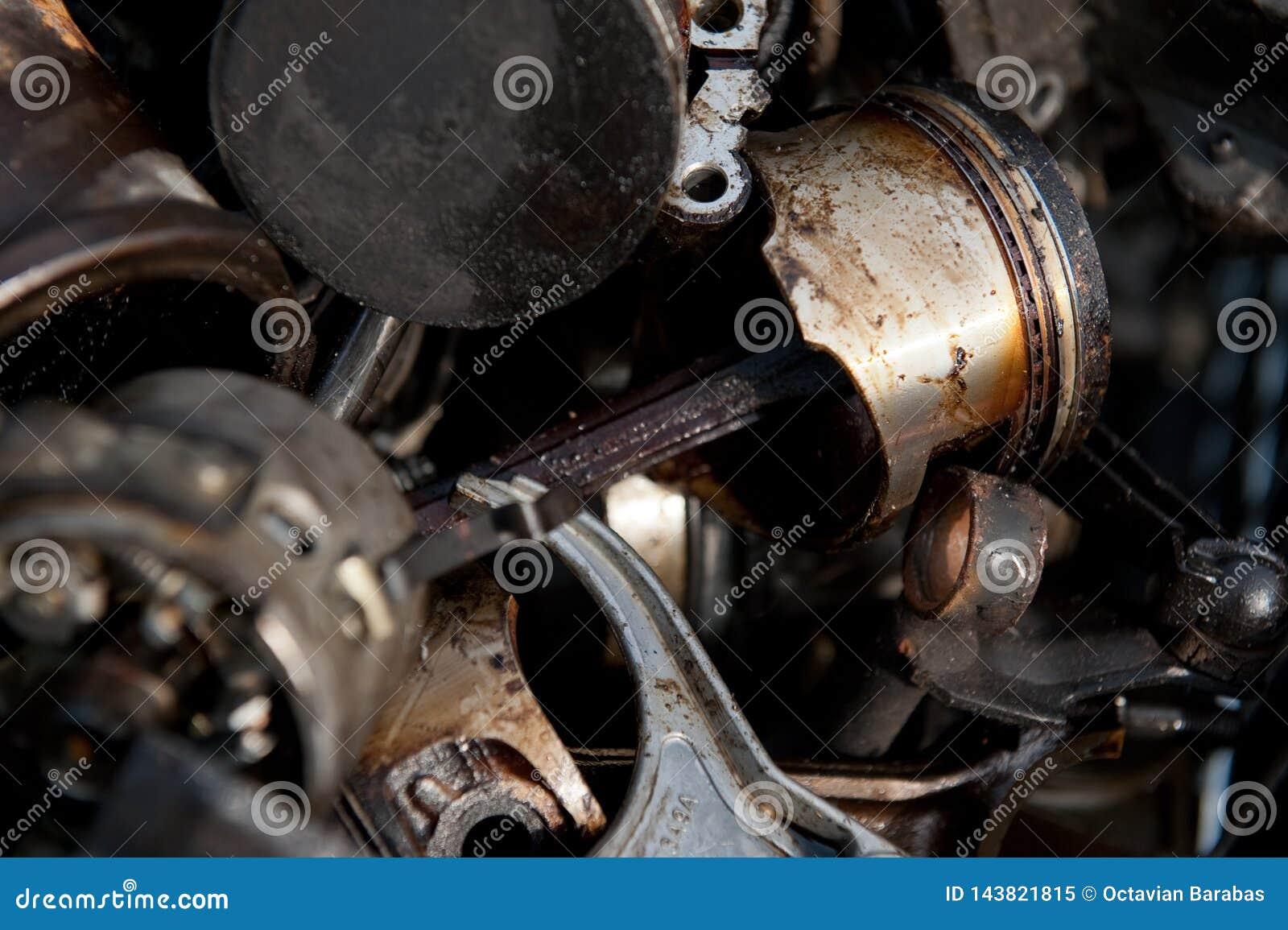 Pistões velhos do motor na jarda da sucata