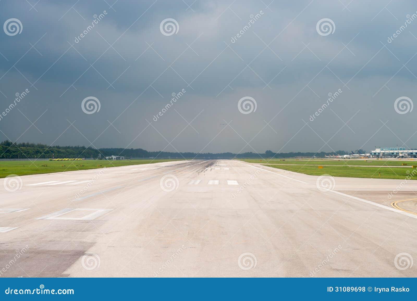 Pista de decolagem do aeroporto sob o céu da tempestade