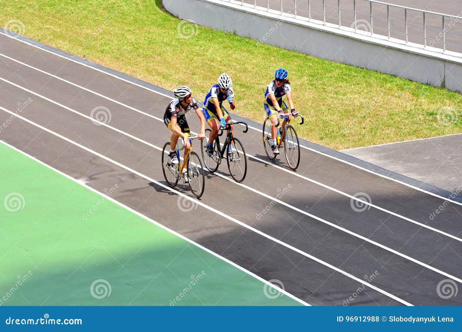c56c630aa4 Atletas en la pista para bicicletas de Kiev, competencias menores, ciclistas  del entrenamiento Kyiv, Ucrania, Europa