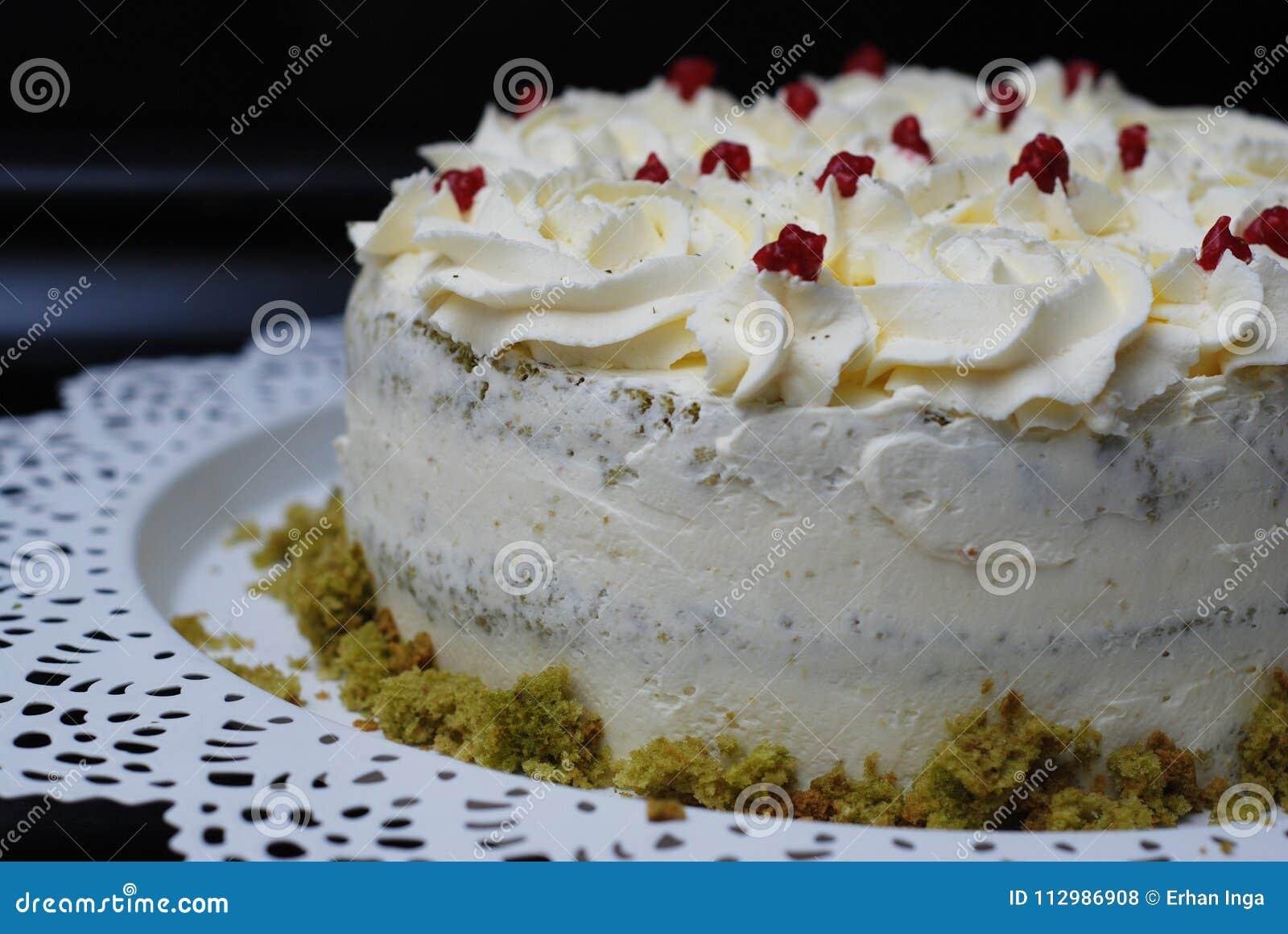 Pistacchio casalingo verde del dolce di Matcha con la crema della fragola Dolce del dessert con crema bianca