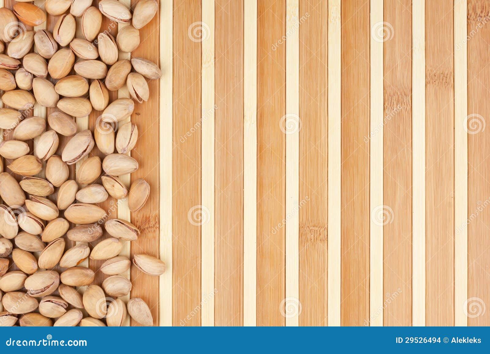 Pistachios Unpeeled que encontram-se em uma esteira de bambu