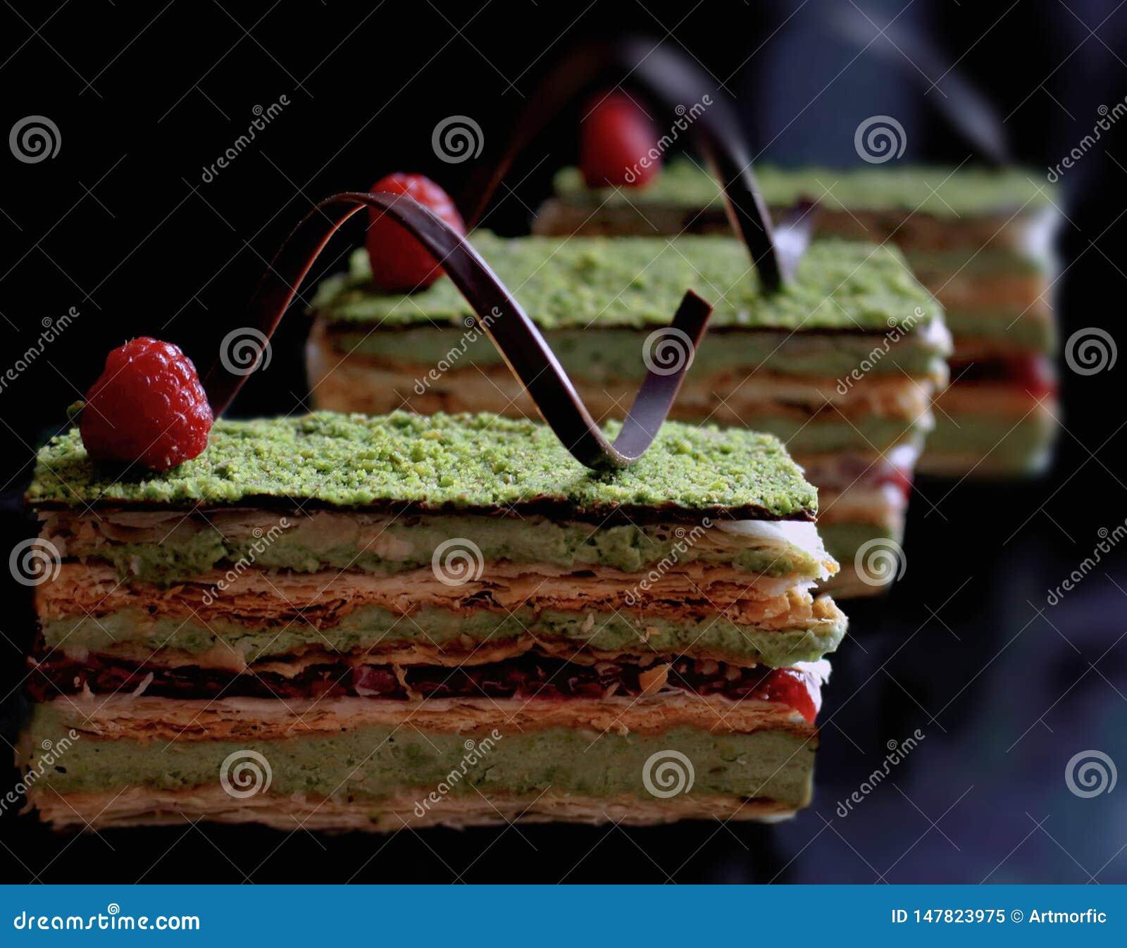Pistacjowy ptysiowego ciasta tort z malinkami i czekoladą