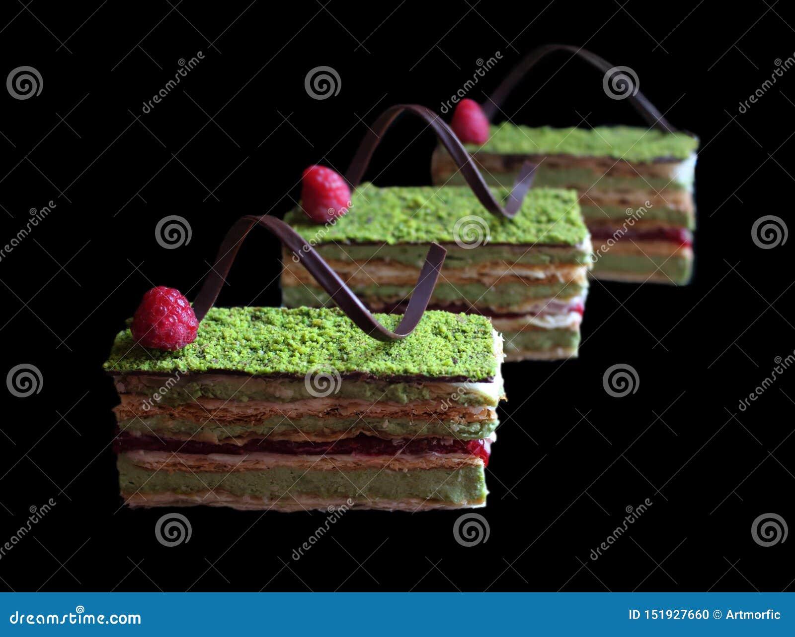 Pistacjowy ptysiowego ciasta tort z malinkami i czekolad?