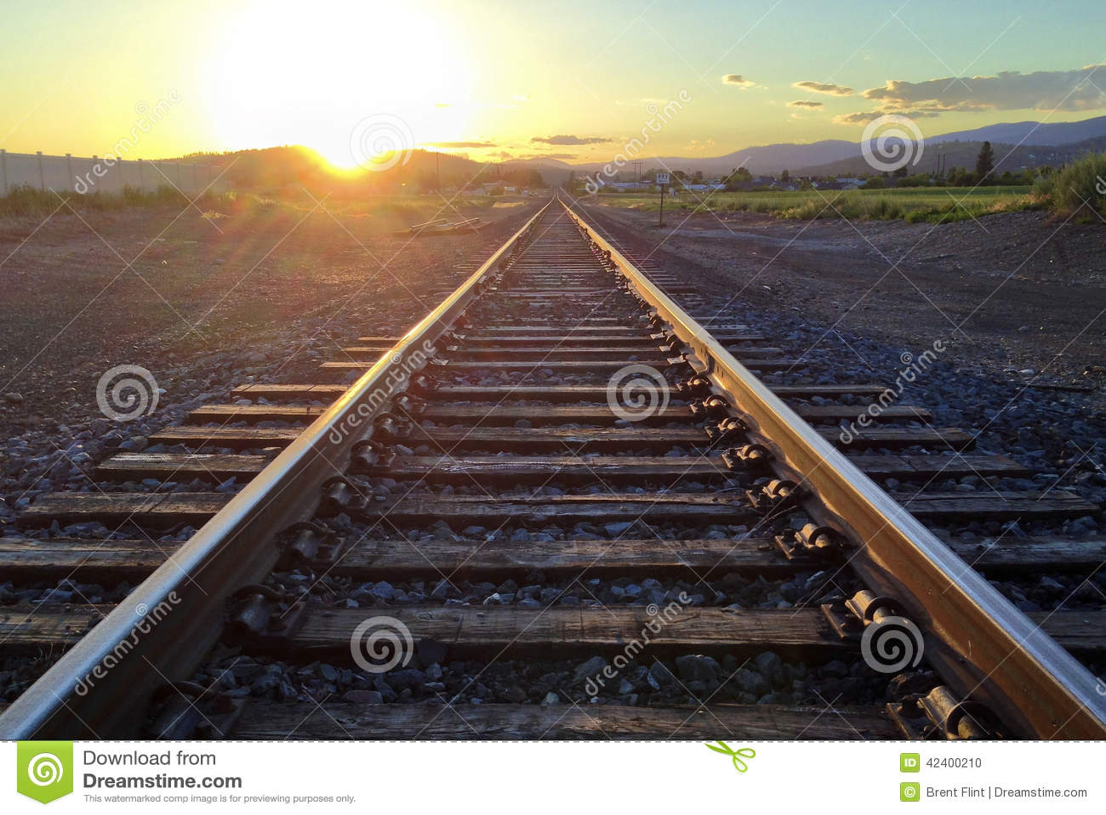 Pistas de ferrocarril en la puesta del sol