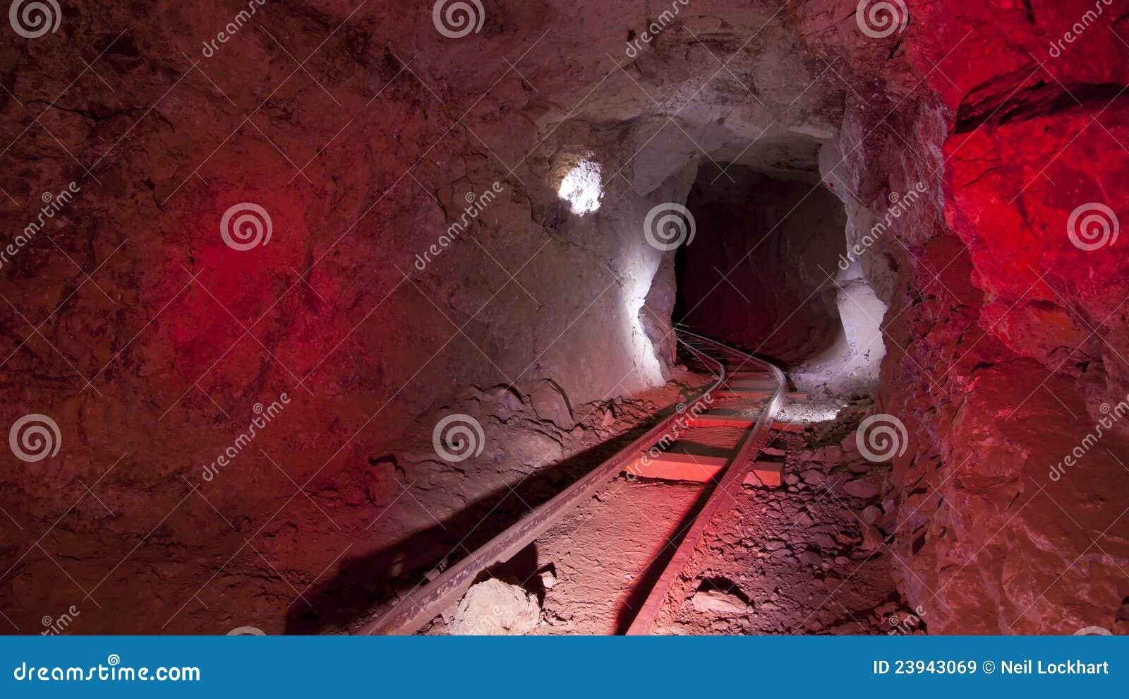 Pistas de mina rojas subterráneos