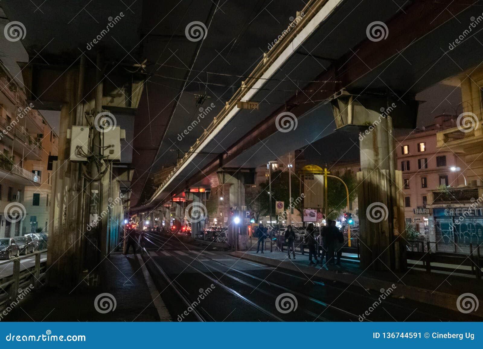 Pistas de tranvía en la noche