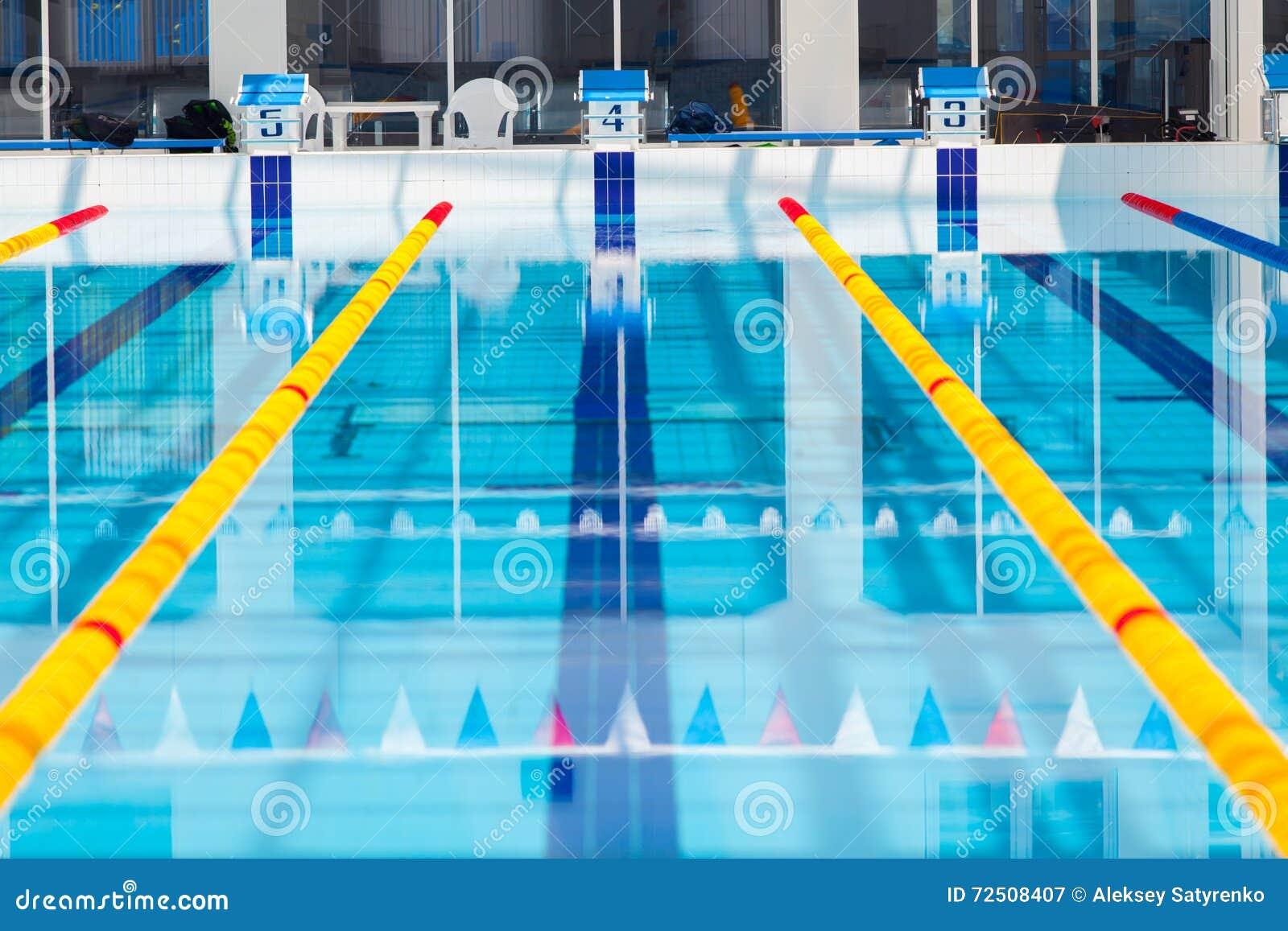 Pistas de uma piscina da competi o imagem de stock for Piscina 7 de agosto