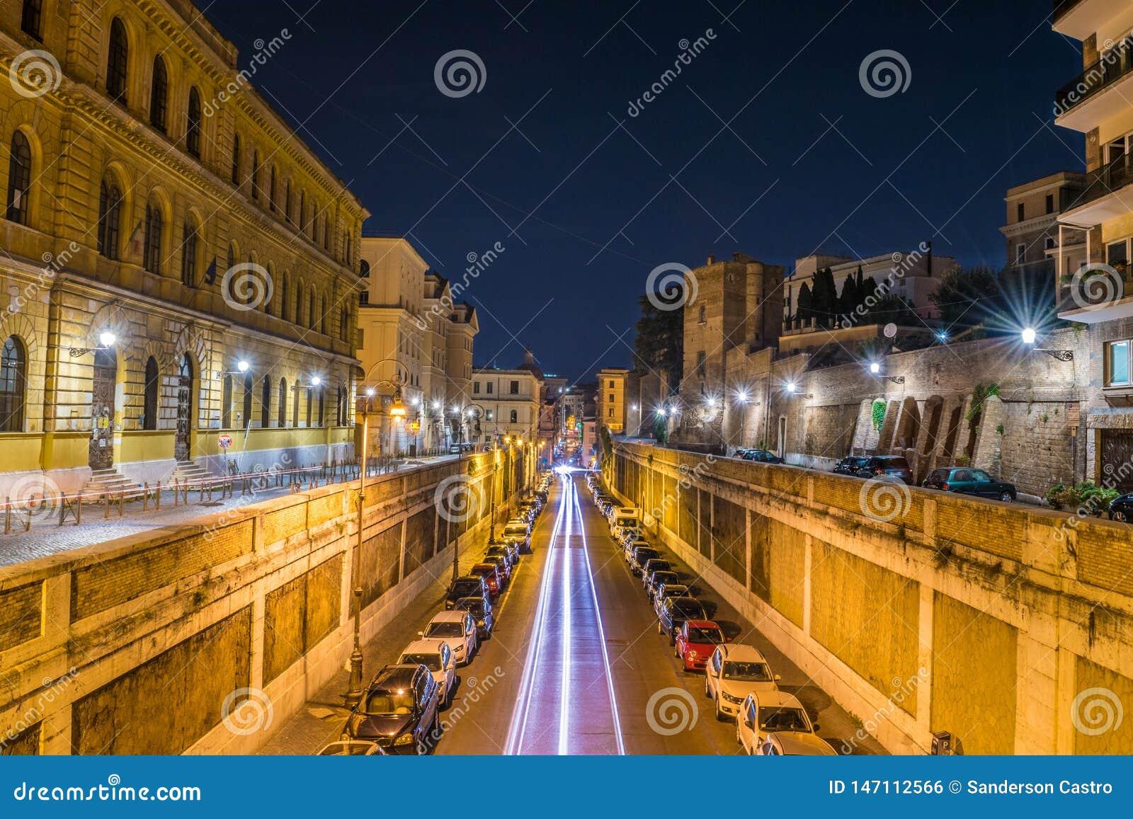 Pistas ligeras de vehículos en la calle de Annibaldi en la noche en Roma - Italia