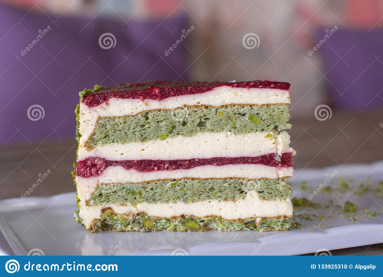 Pistazien- und Beerenkuchen auf weißer Platte