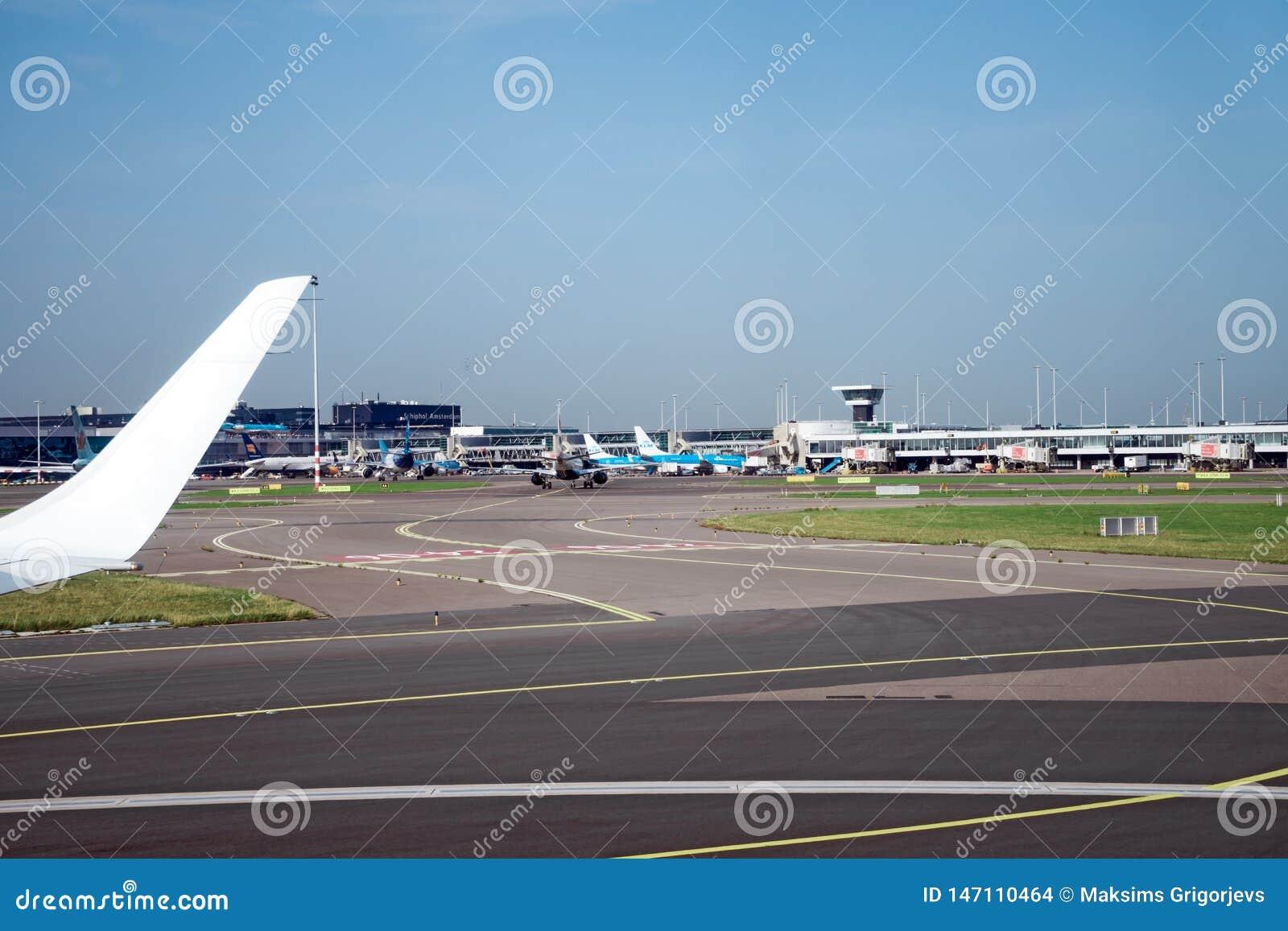 Piste con molti aeroplani, Amsterdam, Paesi Bassi della pista e di atterraggio dell aeroporto di Schiphol, il 15 ottobre 2017