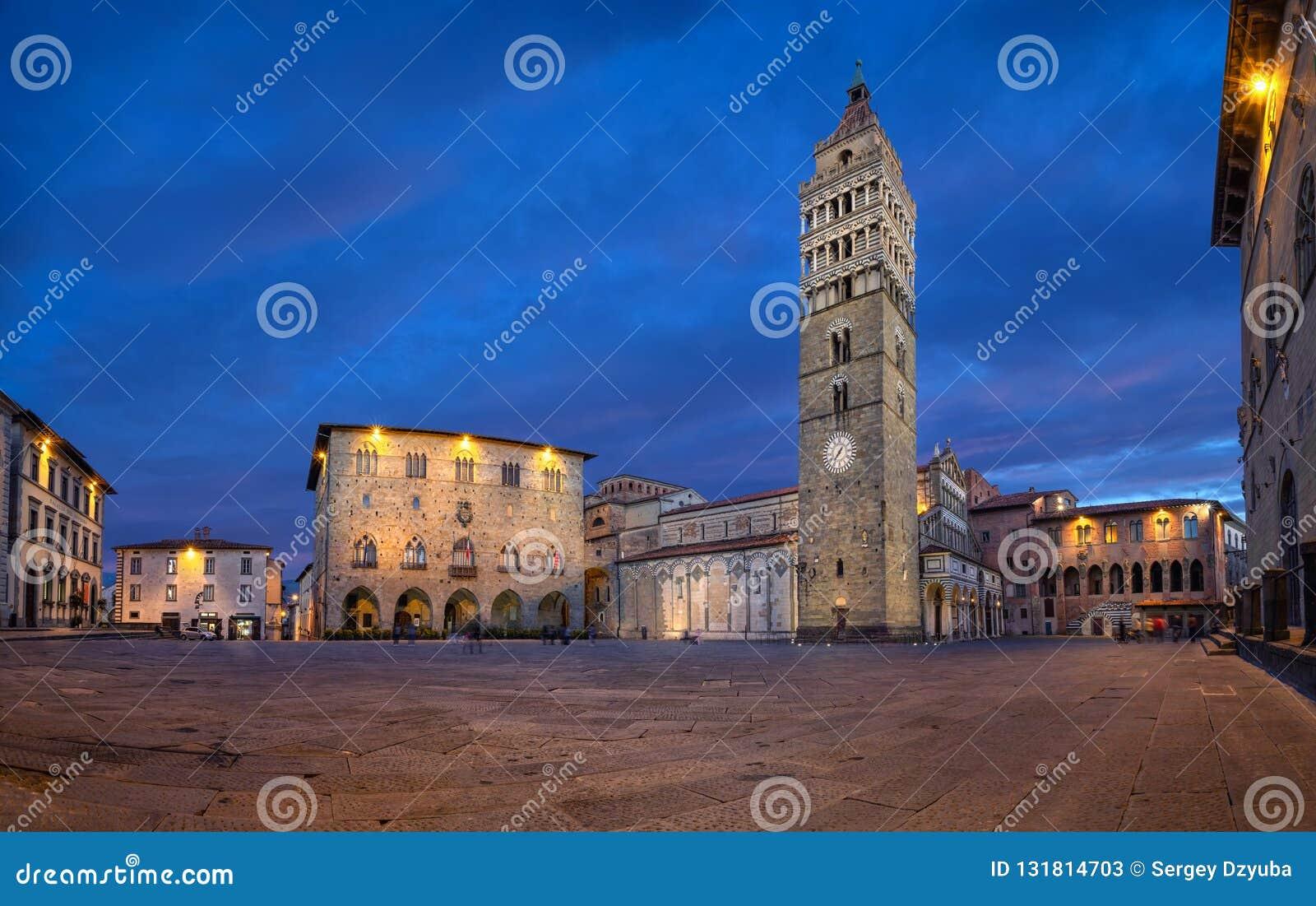 Pistoia, Włochy Panorama piazza Del Duomo przy półmrokiem