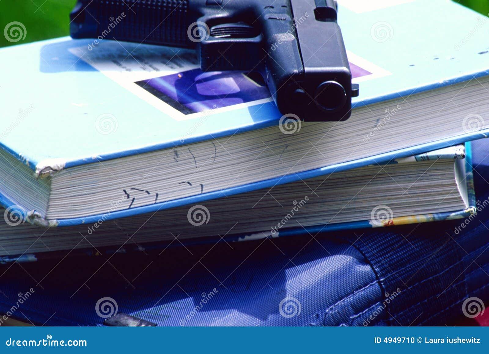 Pistola sui libri di banco