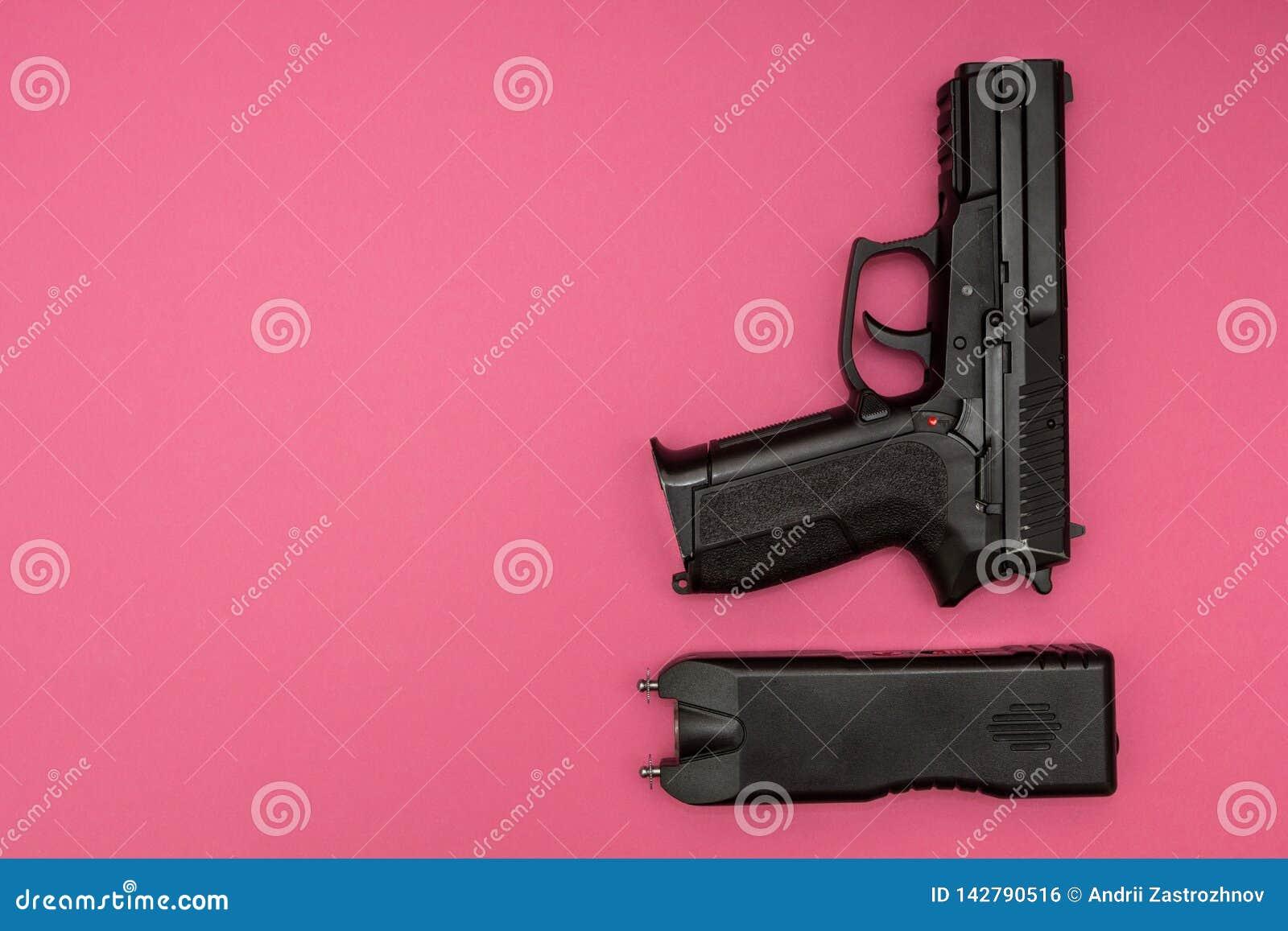 Pistole su un fondo rosa, applicazione di legge