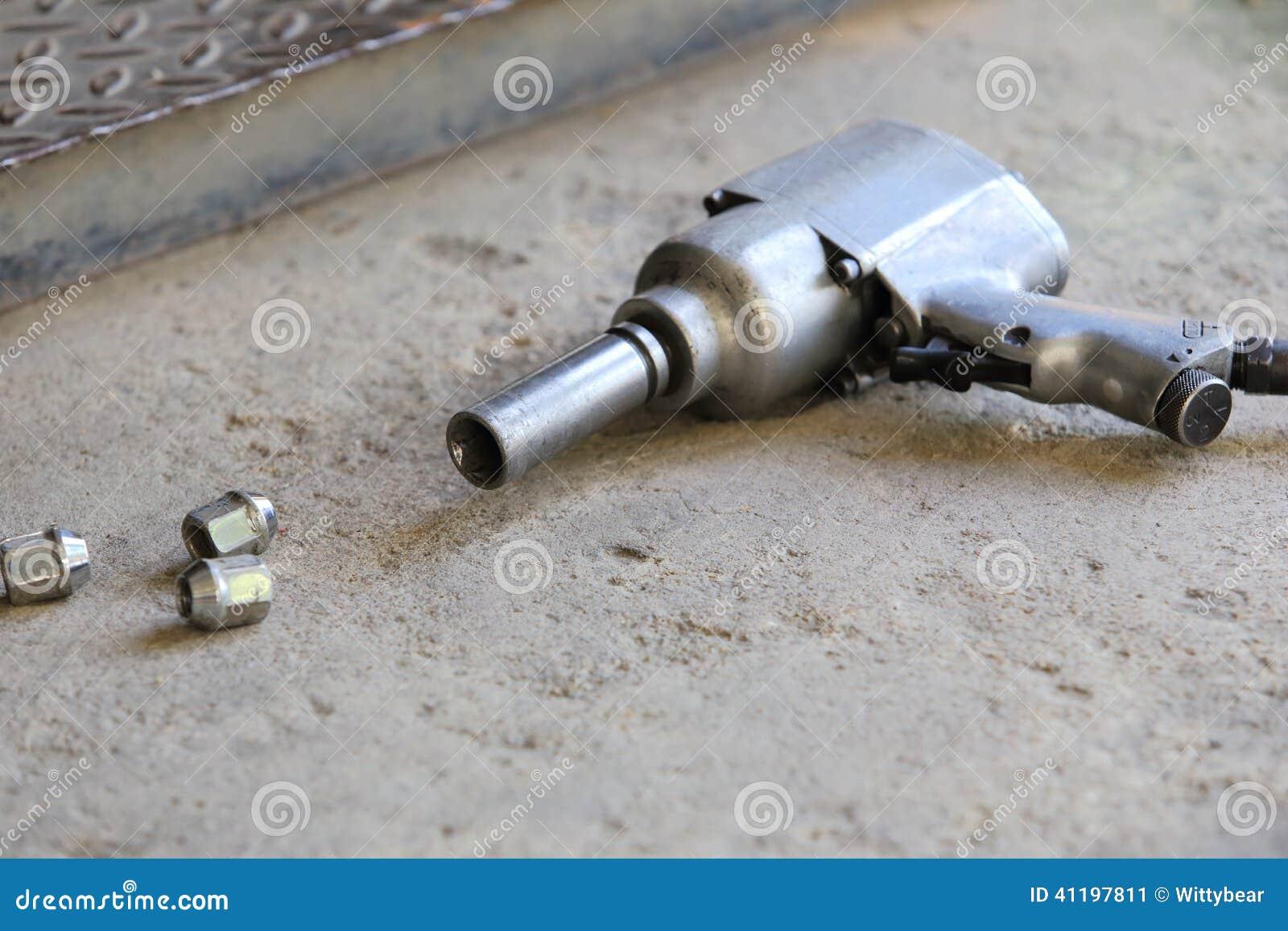 pistolet pneumatique pour la roue de voiture de changement photo stock image 41197811. Black Bedroom Furniture Sets. Home Design Ideas