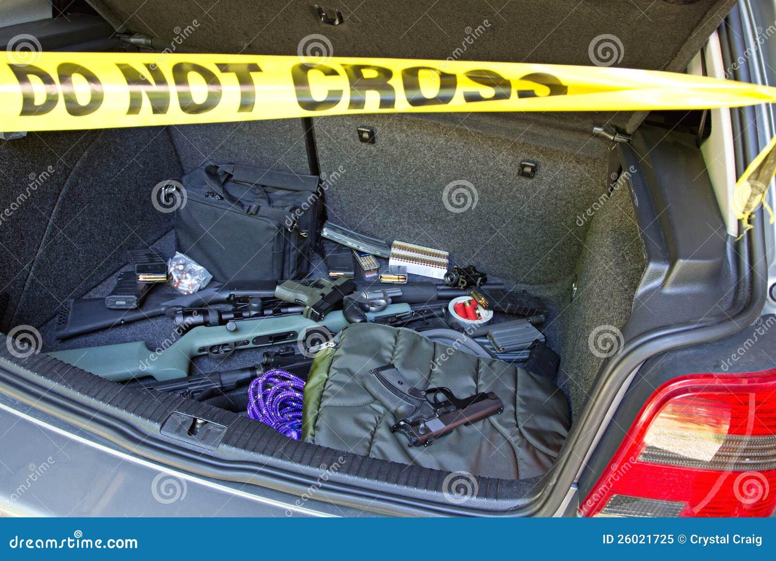 Pistolety pełno samochodowy bagażnik