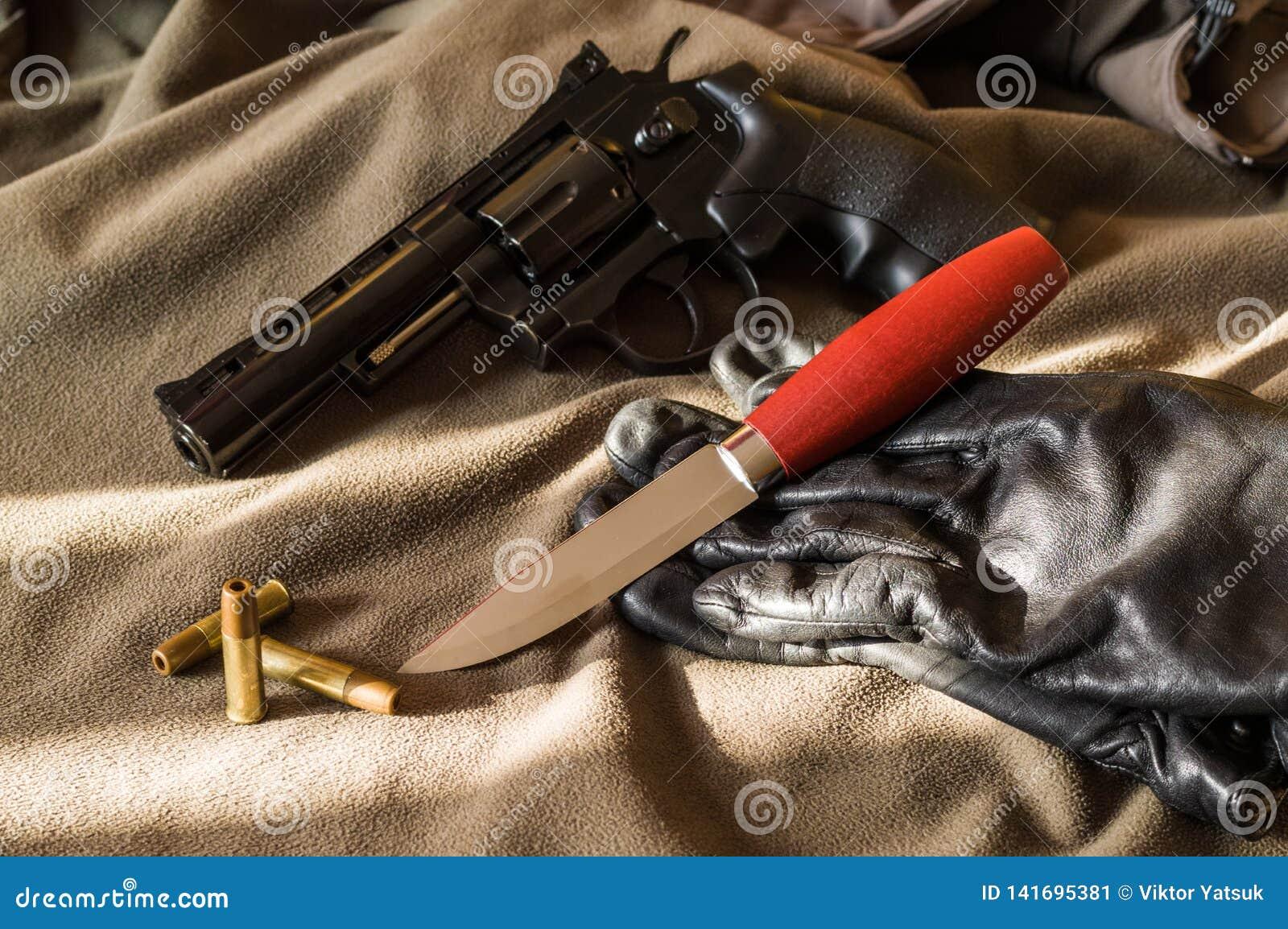 Pistool, mes en handschoenen Pistool en kogels Licht en Schaduw