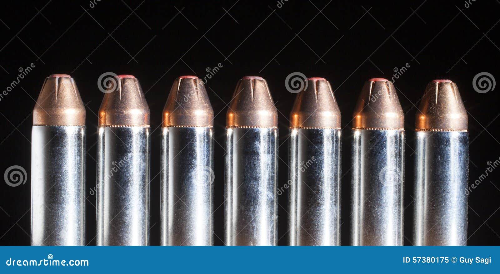 Pistoolpatronen met rode getipte kogels