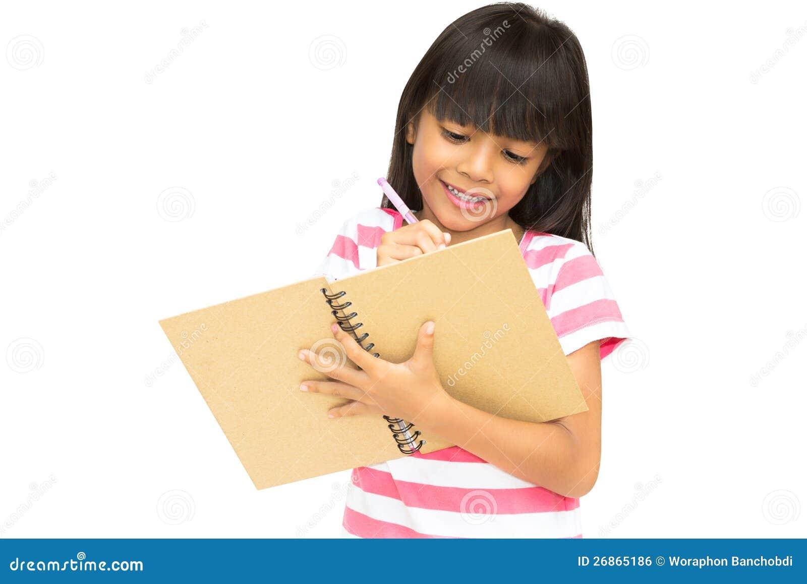 Pisze notatniku azjatycka mała dziewczynka