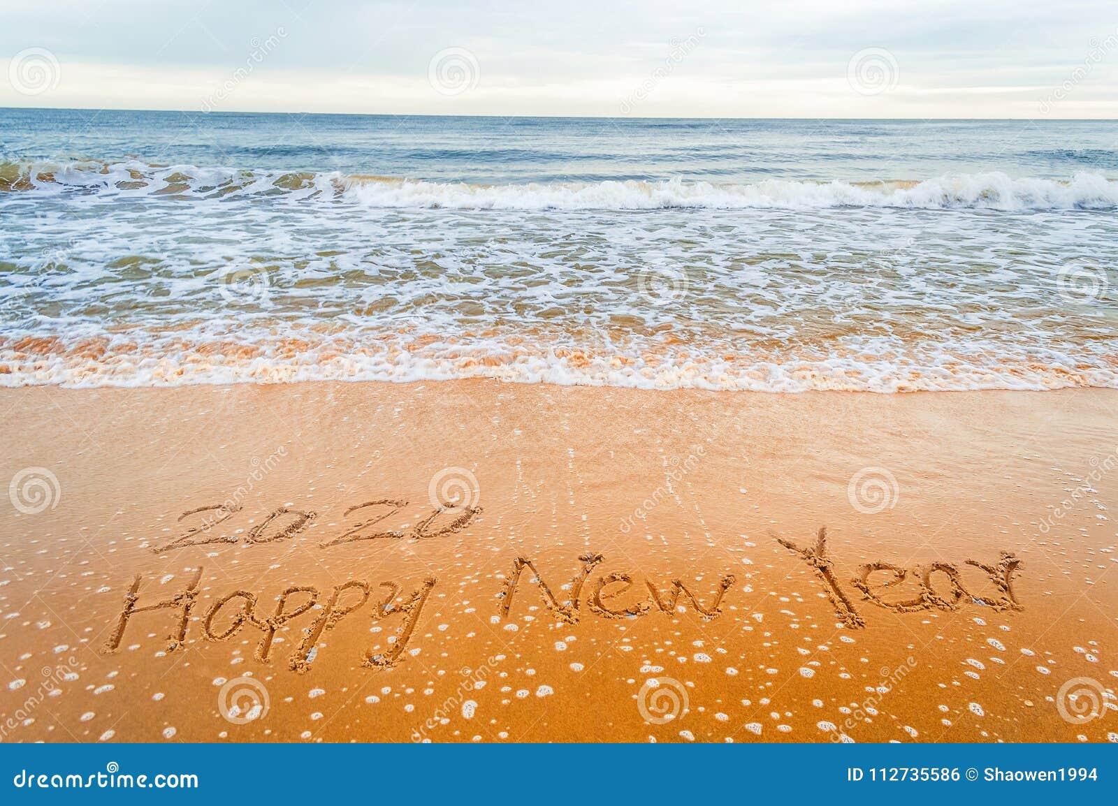 Pisze 2020 szczęśliwych nowy rok na plaży