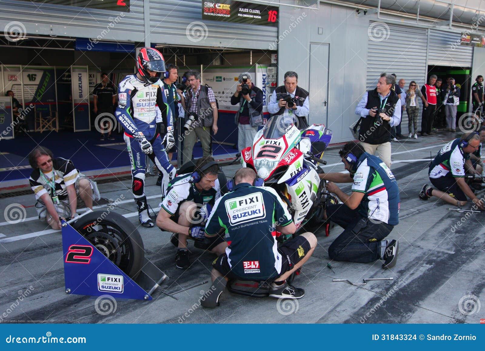 Pit Stop with Mechanical working on Suzuki GSX-R1000 Team Fixi Crescent Suzuki Superbike WSBK