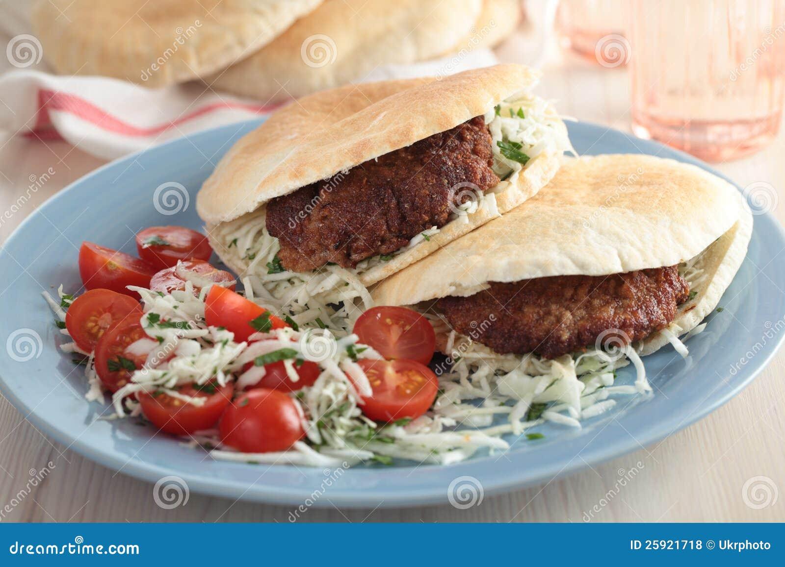 Pita用汉堡和沙拉