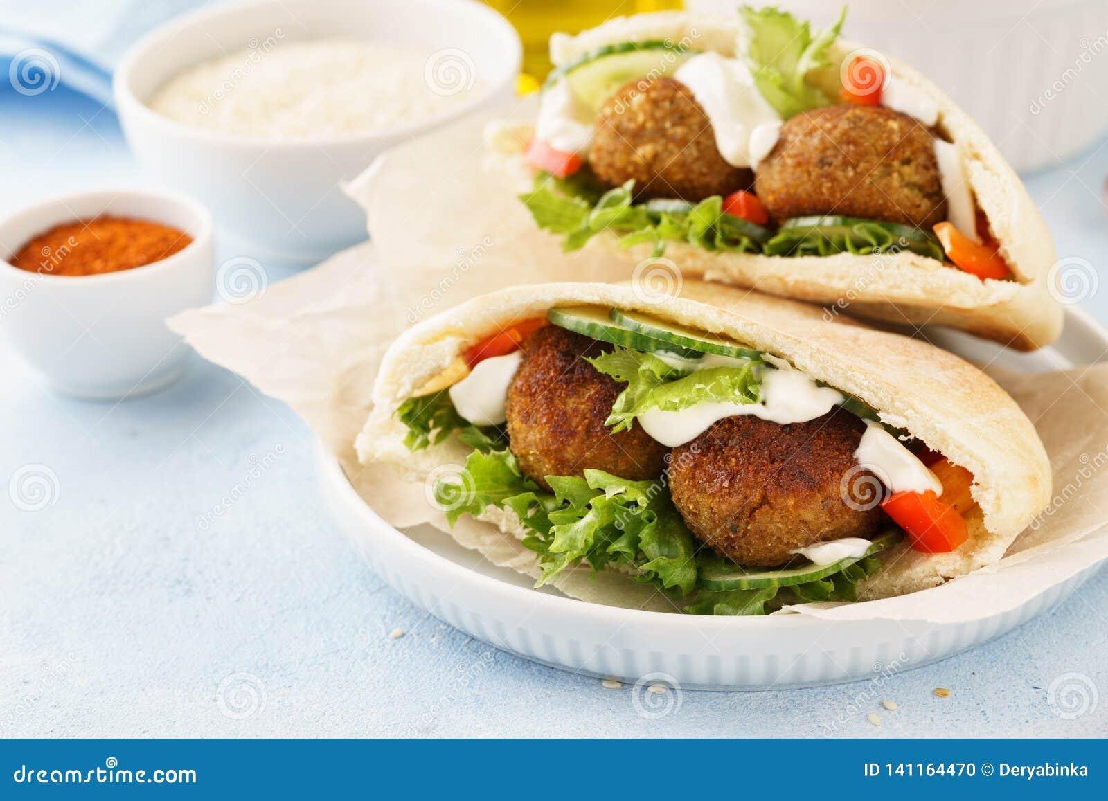 Pita vegetariana sana del falafel con gli ortaggi freschi