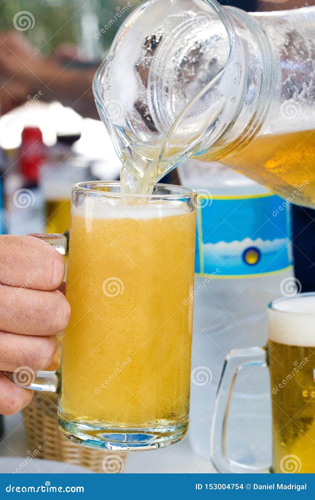 Pitcher frisches Bier für summerin