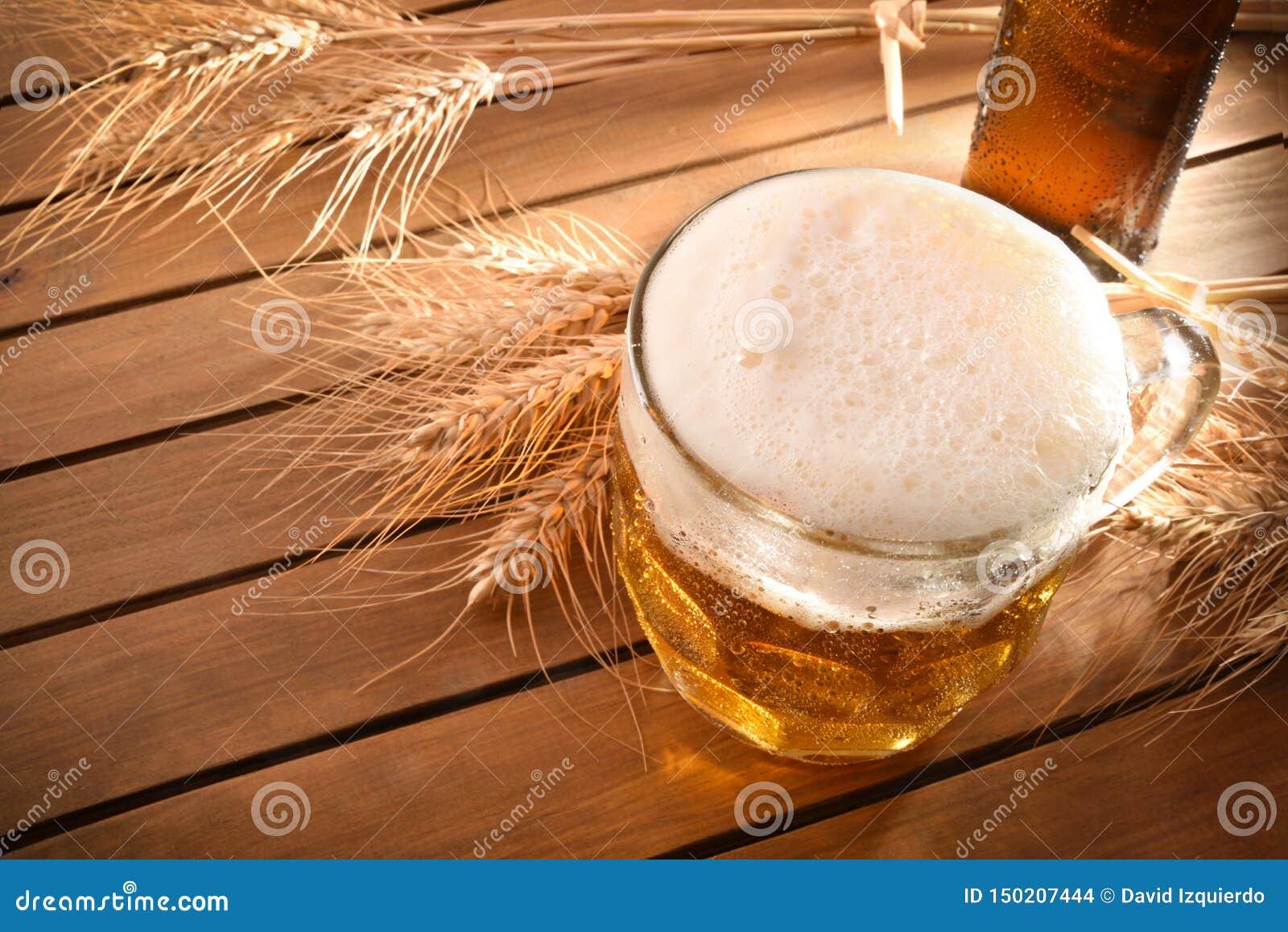 Pitcher voll Bier mit Schaum auf hölzerner Draufsicht