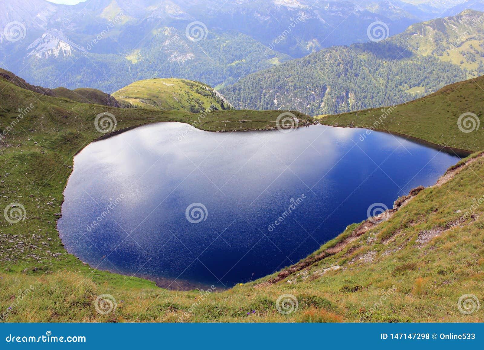 Pittoresk blå glas- sjö i bergen