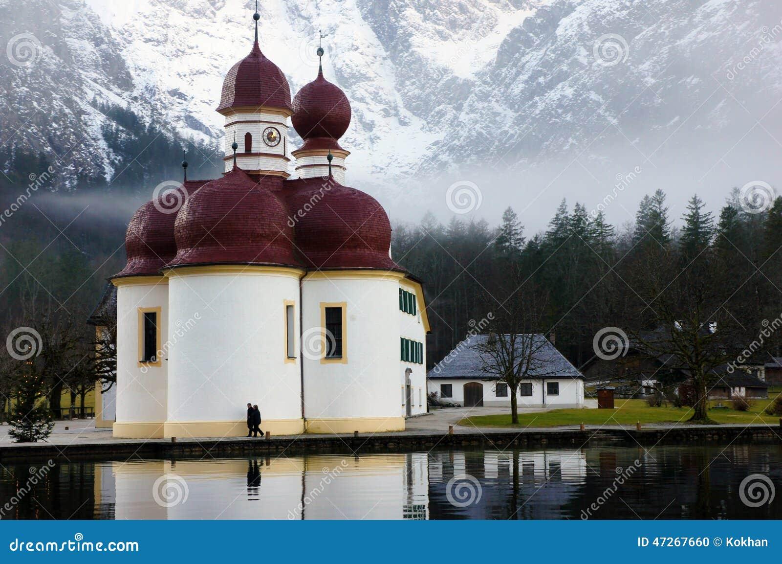 Pittoresk kyrka vid konungs sjö