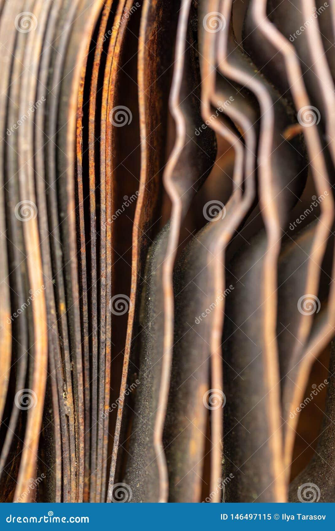 Pittoreska kr?kta ark av rostig metall Kr?kta rostiga ark av metall industriell abstraktion