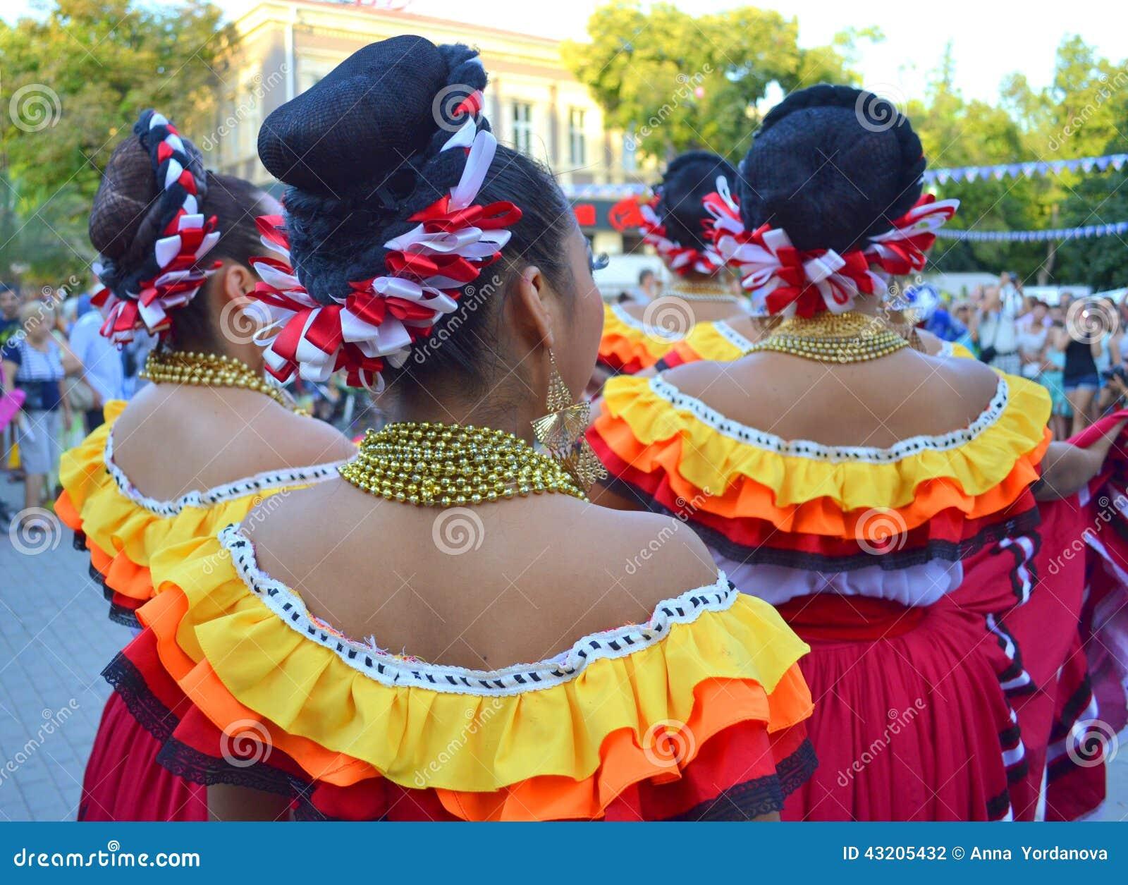 Download Pittoreskt Mexicanskt Bekläda För Kvinnor Redaktionell Arkivbild - Bild av utomhus, material: 43205432