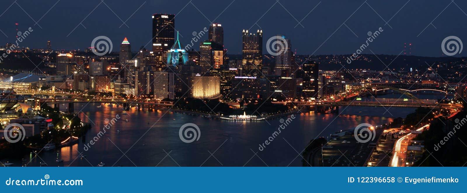 Pittsburgh śródmieście przy nocą