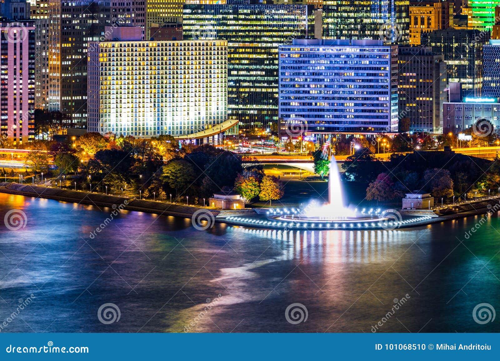 Pittsburgh, arquitetura da cidade de Pensilvânia com parque estadual do ponto