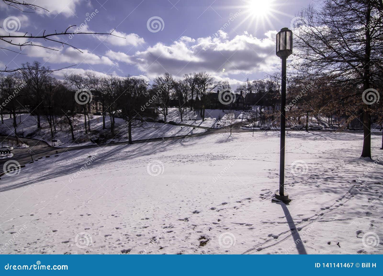 Pittsburgh, Pennsylvania, los E.E.U.U. 03/05/2019 de un césped nevado en la universidad de Chatam