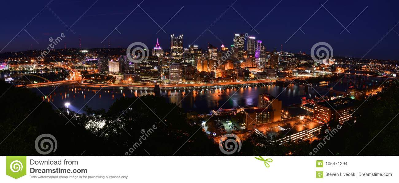 PITTSBURGH, PENNSYLVANIE 19 OCTOBRE 2017 : HORIZON PANORAMIQUE DE PHOTOGRAPHIE DE NIGHTIME DE PITTSBURGH, PENNSYLVANIE