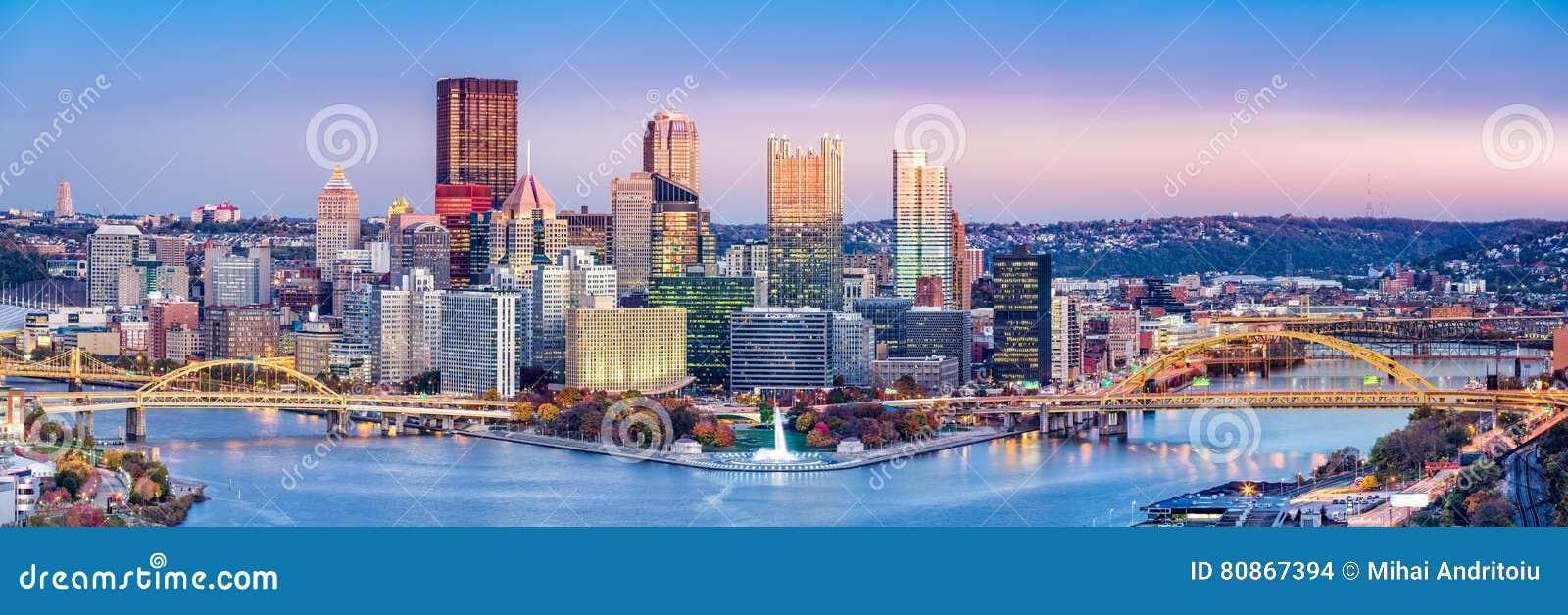 Pittsburgh, Pennsylwania linia horyzontu przy półmrokiem
