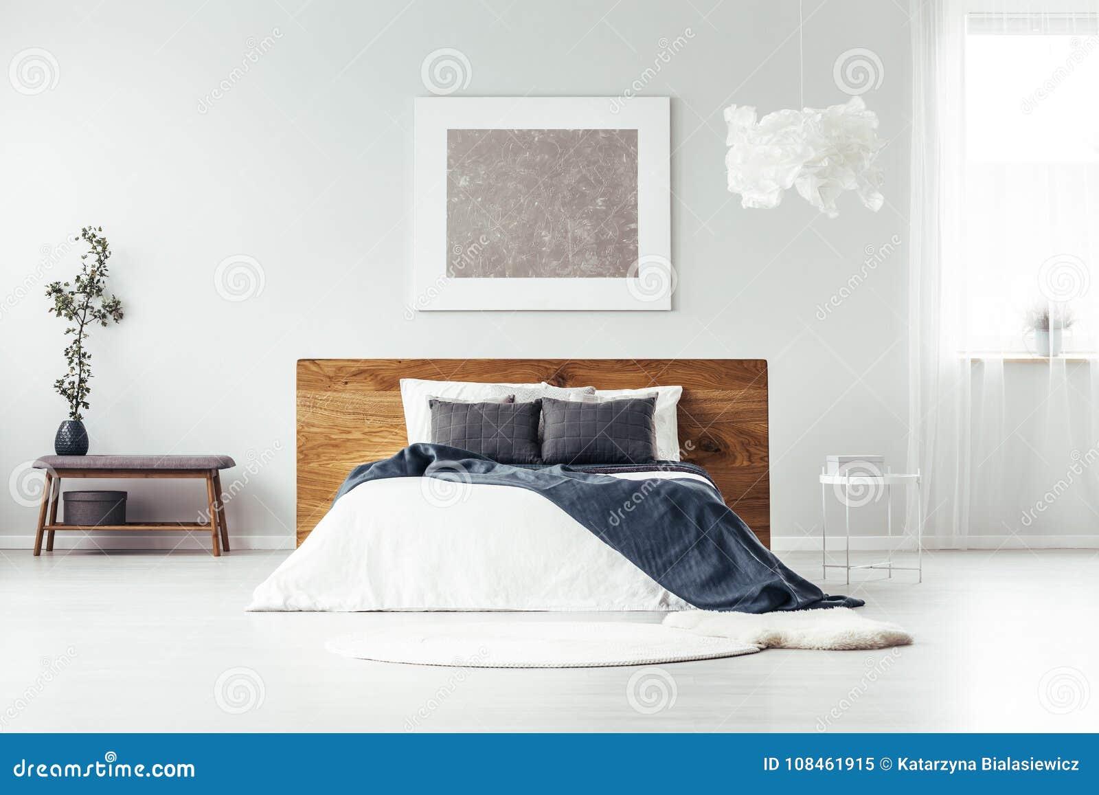 Parete Camera Da Letto Argento : Pittura d argento nella camera da letto spaziosa immagine stock