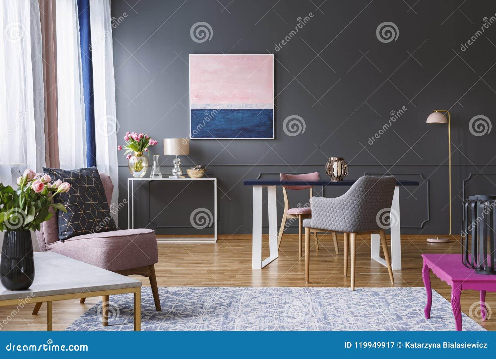 Pittura Interni Grigio Chiaro : Pittura dei blu navy e di rosa nell interno grigio del salone con